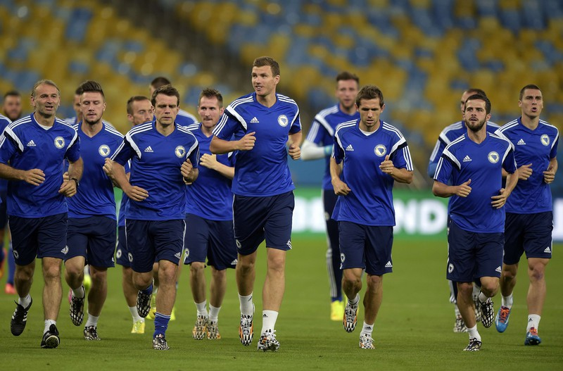 Bosnia-Hercegovina's forward Edin Dzeko (C) and teammates jog during a training session at Maracana stadium in Rio de Janeiro, Brazil on June 14, 2014 on the eve of the 2014 FIFA World Cup Brazil Group F football match against Argentina.  AFP PHOTO / Juan Mabromata